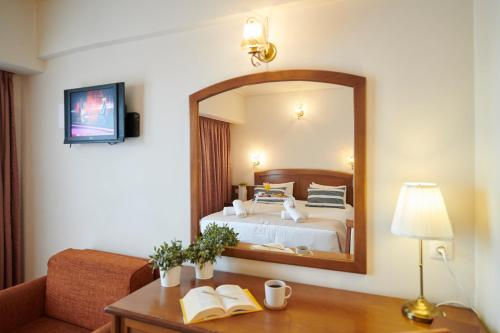 Ένα ή περισσότερα κρεβάτια σε δωμάτιο στο Crystal City Hotel