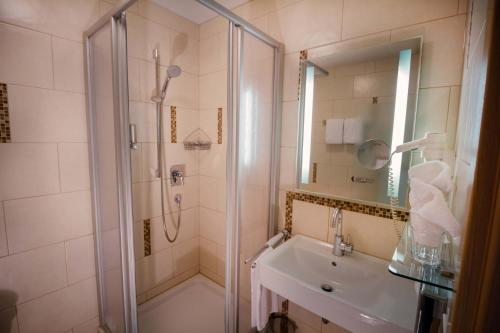 Ein Badezimmer in der Unterkunft Landhotel und Weingasthof Schwarzer Adler
