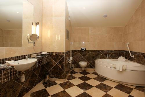 A bathroom at Knightsbrook Hotel & Golf Resort