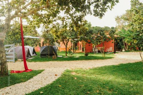 Um jardim em Hostel & Camping Cavalcante