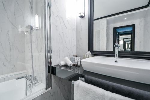 A bathroom at Maison Astor Paris, Curio Collection by Hilton