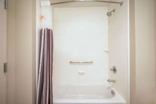 A bathroom at La Quinta Inn by Wyndham Fresno Yosemite