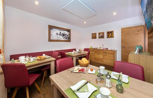 Ein Restaurant oder anderes Speiselokal in der Unterkunft Appartement Pension Albert