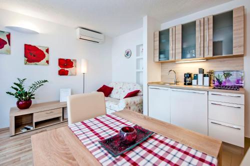 A kitchen or kitchenette at Apartments Figarola