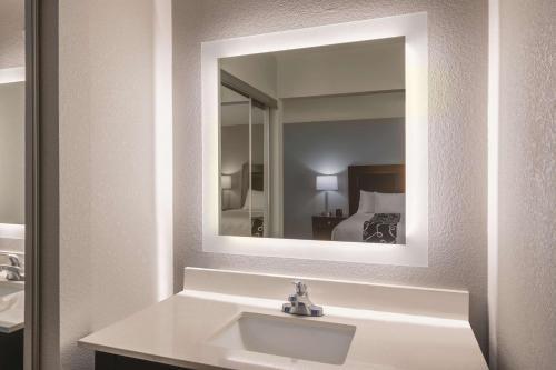 A bathroom at La Quinta by Wyndham Atlanta Airport South