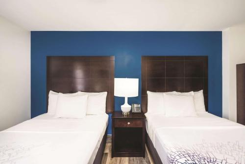 A bed or beds in a room at La Quinta by Wyndham Brooklyn Downtown