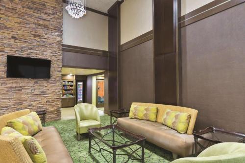 A seating area at La Quinta Inn by Wyndham Austin North