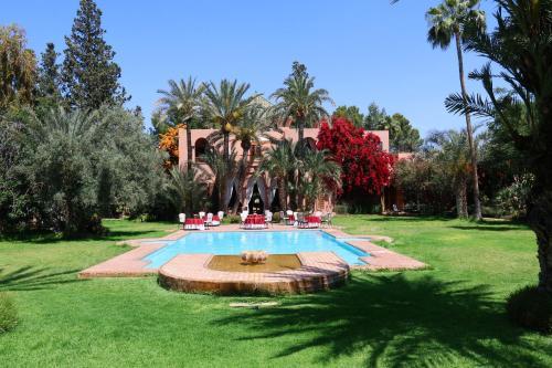 Piscine de l'établissement Dar Ayniwen Garden Hotel & Bird Zoo ou située à proximité