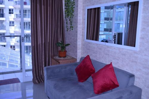 A seating area at Gateway Pasteur 2BR tower depan Ruby 7 C