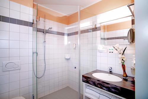A bathroom at Johanniter Gästehaus
