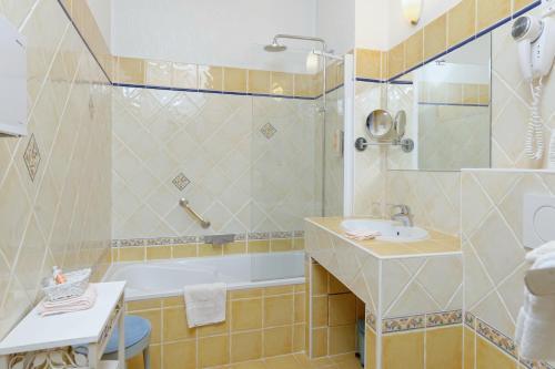 A bathroom at Hotel du Palais