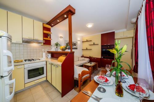 Kuchyň nebo kuchyňský kout v ubytování Town Square Cippico Apartment