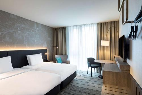 Een bed of bedden in een kamer bij Hyatt Place Frankfurt Airport