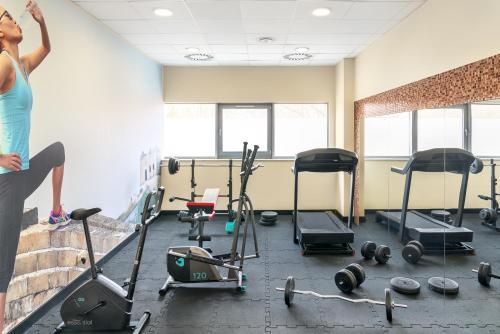 Posilňovňa alebo fitness centrum v ubytovaní Metropolo by Golden Tulip Krakow