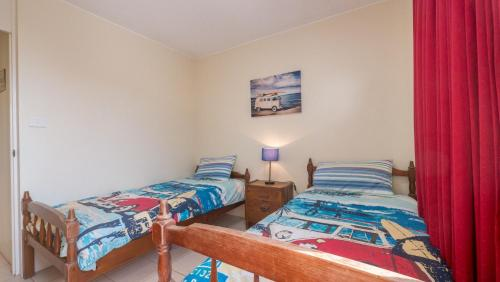 A bed or beds in a room at Monterey Lodge Unit 16, 27 Warne Terrace. Kings Beach