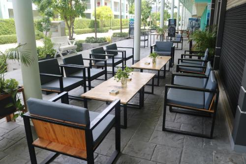 A restaurant or other place to eat at @The Pier 519 Hostel