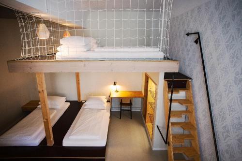 Een stapelbed of stapelbedden in een kamer bij Michelberger Hotel