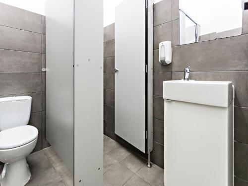 A bathroom at Baixa Terrace Hostel