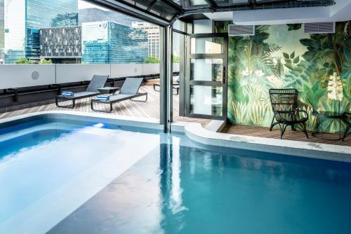Der Swimmingpool an oder in der Nähe von The Onyx Apartment Hotel