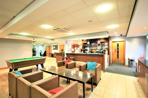 The lounge or bar area at Doncaster International Hotel by Roomsbooked