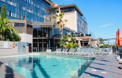 The swimming pool at or close to Novotel Marseille Vieux Port