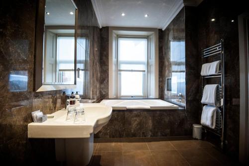 A bathroom at Seamill Hydro Hotel & Resort