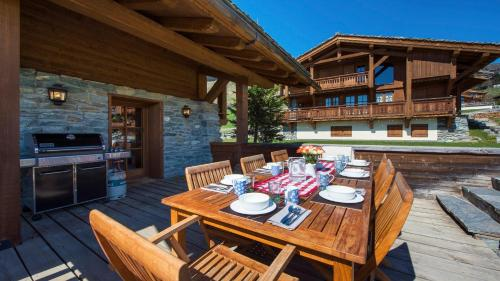 A restaurant or other place to eat at Chalet Dunmore