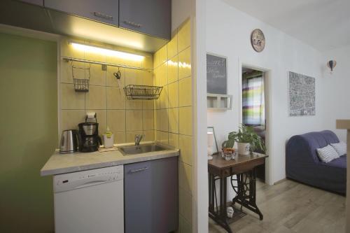 Kuchyň nebo kuchyňský kout v ubytování Lillys Cozy Apartment