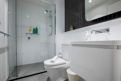 A bathroom at 80*EvelynGreen*2BR1Bth Apt*Collingwood* Close CBD