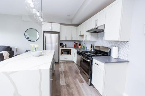 A kitchen or kitchenette at Kasa St Louis Forest Park Apartments