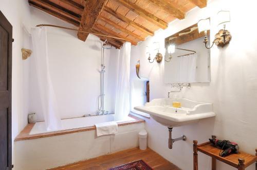 A bathroom at Castello Di Potentino