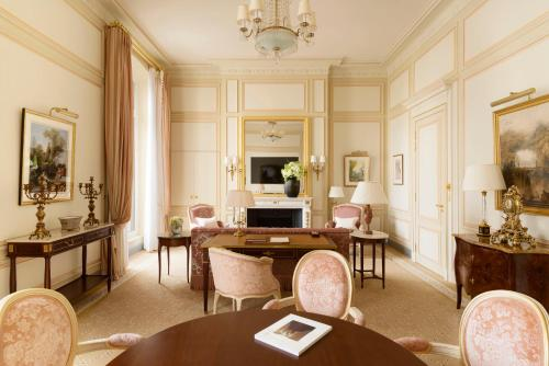 A restaurant or other place to eat at Ritz Paris