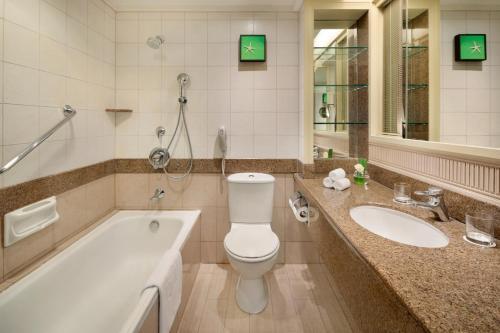 Een badkamer bij Shangri-La Golden Sands, Penang