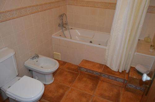 A bathroom at Monte Chalaça - Turismo Rural