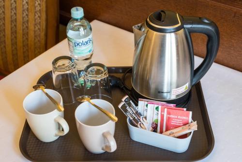 Zestaw do parzenia kawy i herbaty w obiekcie Willa Koba