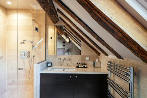 A kitchen or kitchenette at Hôtel Le Presbytère