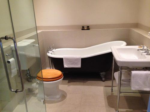 A bathroom at The King's Head