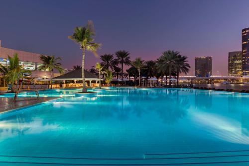 المسبح في Beach Rotana Residences أو بالجوار