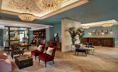 De lobby of receptie bij 100 Queen's Gate Hotel London, Curio Collection by Hilton