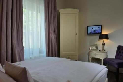 A bed or beds in a room at Hotel Domspitzen