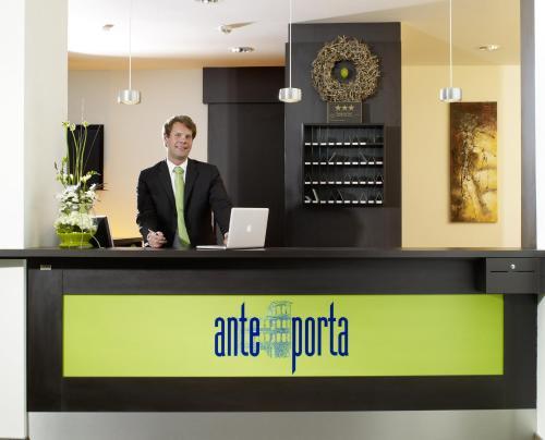 De lobby of receptie bij ante porta DAS STADTHOTEL