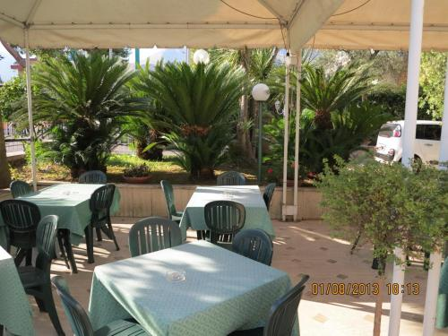 A restaurant or other place to eat at Albergo Little Garden