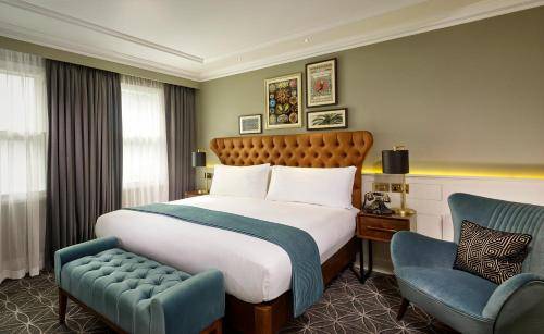 Łóżko lub łóżka w pokoju w obiekcie 100 Queen's Gate Hotel London, Curio Collection by Hilton