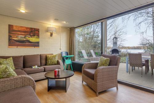 Een zitgedeelte bij Center Parcs Huttenheugte Drenthe-Overijssel