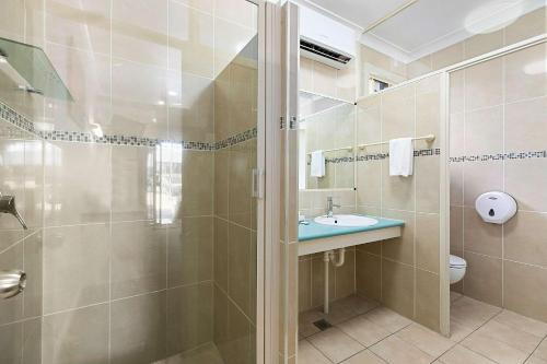 A bathroom at Econo Lodge Park Lane