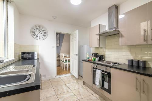 A kitchen or kitchenette at PLATFORM Fishing Quarter Apartment 1