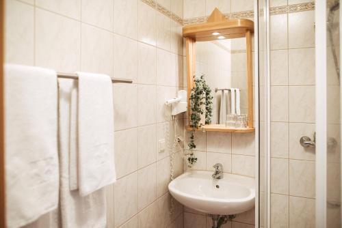 A bathroom at Restaurant Gästehaus Feldkirchen