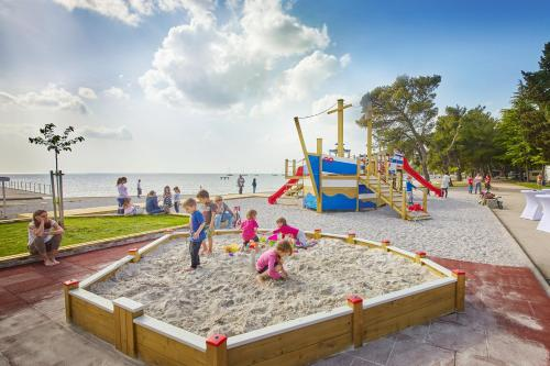 Otroško igrišče poleg nastanitve Villa Adriatic - Hotel & Resort Adria Ankaran