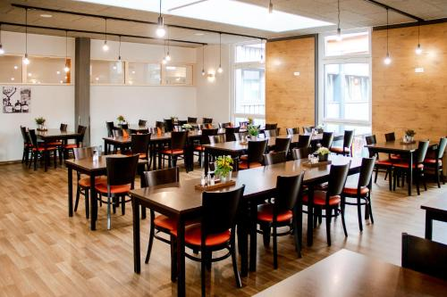 A restaurant or other place to eat at Orange Hotel und Apartments