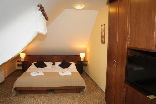 Кровать или кровати в номере Zámecký Hotel Zlatý Orel
